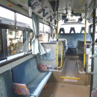内装もデニム一色!週末に観光地を巡る「ジーンズバス」
